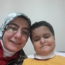 Narin Keleşoğlu 9 yaşında bir kelebek Van'da yaşıyor ,derneğimiz tarafından aylık yarabakım malzemeleri karşılanıyor.