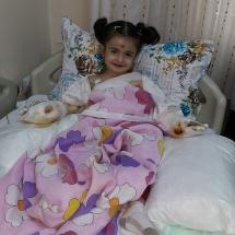 Rojda-Gezer-5-yaşında-bir-kelebek-Diyarbakırda-yaşıyor-kapalı-olan-el-paramakları-yapılan-ameliyatla-açıldı.